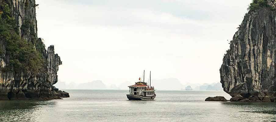 ha-long-bay-tourist-boat