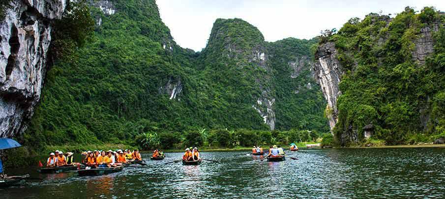 trang-an-landscape-complex-tourists