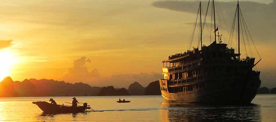 tourist-boat-ha-long-bay-vietnam