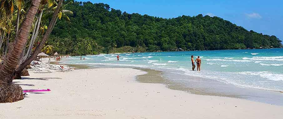 phu-quoc-beach-tourists