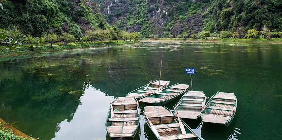 am-tien-pagoda-boats-ninh-binh