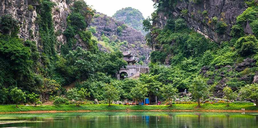 am-tien-pagoda-gate-ninh-binh