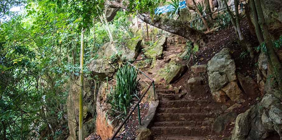 stairs-to-hang-doi-cave-moc-chau