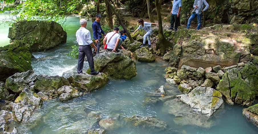 lenin-river-pac-bo-cao-bang-tourists
